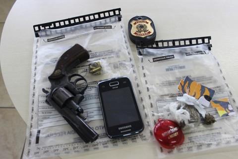 Além de drogas a PF encontrou em uma das casas dos suspeitos um revólver sem registro, do pai do jovem, que também responderá um processo policial   -  Foto:Cyntia Amorim/Engeplus/Divulgação/Notisul