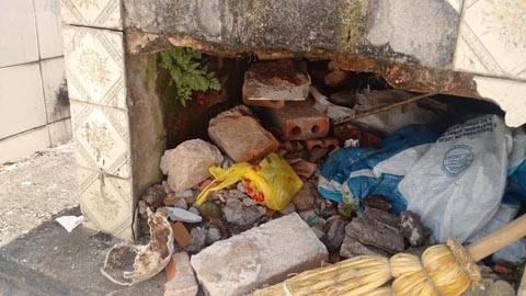 Túmulos abertos, metade de um crânio e muitos ossos estavam fora dos jazigos   -  Foto:Juan Todescatt/BandSC/Divulgação/Notisul