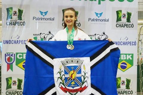 Laura de Souza foi um dos destaques da equipe Impacto/FMCE Tubarão em Chapecó. Ela conquistou três medalhas de ouro e uma de bronze. - Foto: Fotos: KBS Assessoria Divulgação/Notisul.