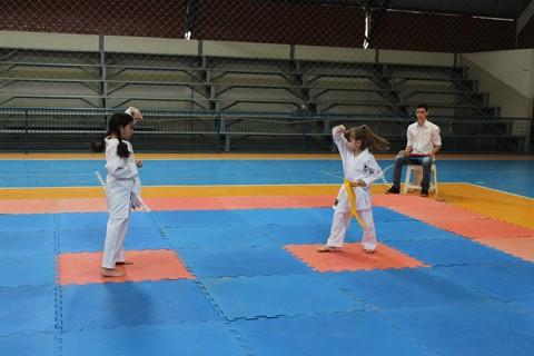 Competição destinada a estudantes leva 40 alunos para o Ginásio Paulo Jacob May  -  Foto:KBS Assessoria/Divulgação/Notisul