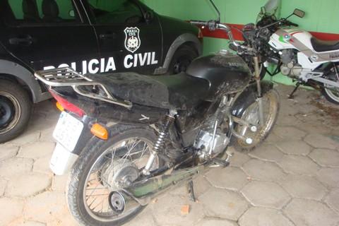 A motocicleta de João foi aprendida pela Polícia Militar e encaminhada a delegacia onde está a disposição dos investigadores  - Foto:Polícia Civil de Treze de Maio/Divulgação/Notisul