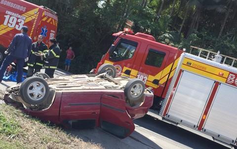 O condutor morreu no local do acidente e precisou ser retirado por um grupo de bombeiros militares das ferragens -  Foto:Divulgação/Notisul