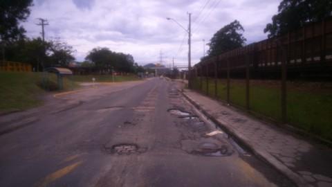 Algumas ruas em Capivari de Baixo estão intransitáveis. Esta é a principal via de acesso para Tubarão  -  Foto:Jailson Vieira/Notisul