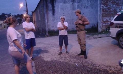 Alguns moradores relataram ao grupo de policias militares que uma mulher foi seguida por motociclista pelas ruas da comunidade  -  Foto: Repórter Sul/ Ligado no Sul/Notisul