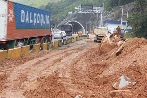 A retirada da encosta, que bloqueia o avanço de obras, está próxima da conclusão  - Fotos:Muriel Albonico/Dnit-SC/Divulgação/Divulgação/Notisul