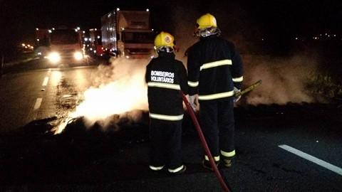 Em Sangão, na madrugada de ontem, colocaram fogo em pneus na rodovia e os bombeiros foram acionados   -  Foto:Juan Todescatt/BandSC/Divulgação/Notisul