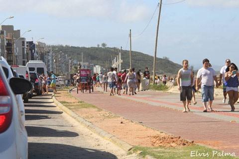 Bastou o sol aparecer para os apaixonados por praia aproveitarem o sábado e o domingo nos balneários da região. - Foto: Elvis Palma/Divulgação/Notisul.