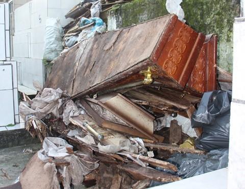 Entre alguns jazidos e espaços de circulação de pessoas, foram encontrados restos de madeiras, roupas e outros dejetos funerários  -  Foto:Letícia Matos/Banco de imagens/Notisul