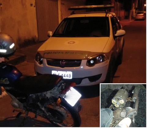A motocicleta foi usada no roubo no mercado e a arma (em detalhe) estava com o principal suspeito   -  Foto:Polícia Militar de Laguna