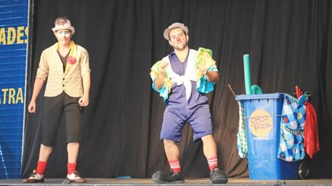 Nas peças, os dois atores usam práticas circenses para transmitir de forma divertida  a mensagem  de cuidados com o meio ambiente  -  Foto:Divulgação/Notisul