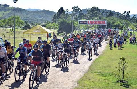 Aproximadamente 200 ciclistas estiveram no passeio em Capivari de Baixo. - Sandro Silva/Divulgação/Notisul.