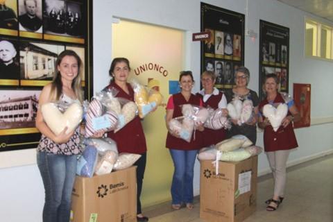 As voluntárias fizeram a doação de 49 almofadas que beneficiarão as pacientes com câncer de mama  -  Foto:HNSC/Divulgação/Notisul