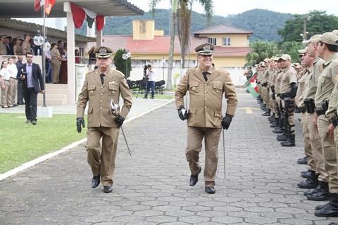 Durante a solenidade, o coronel Adenício João Marques (E) passou o comando ao tenente-coronel Cosme Manique Barreto  -  Foto:PM de Tubarão/Divulgação/Notisul