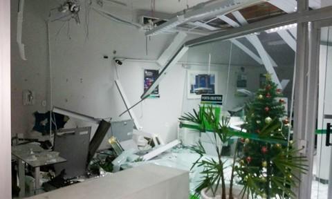 O caixa eletrônico, alguns móveis e divisórias de vidros ficaram destruídos com a força da explosão  -  Foto:Polícia Militar de Tubarão/Divulgação/Notisul