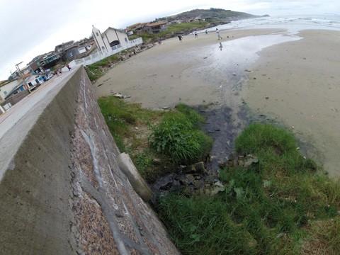 Prainha do Farol continua com esgoto indo direto à área dos banhistas  - Foto:Divulgação/Notisul