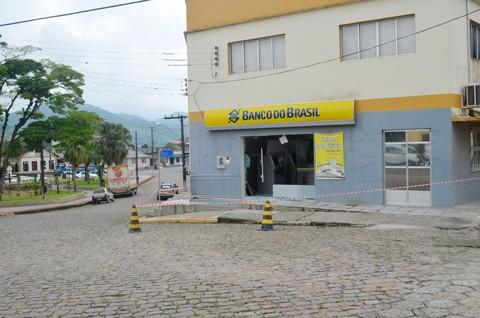 A agência e estabelecimentos vizinhos permaneceram toda manhã isolada até a liberação pelo Bope  -  Foto:Stéphanie Piava/LigadoNoSul/Silvana Lucas/Notisul
