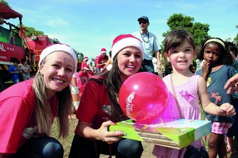 Cada criança recebe um kit com brinquedos diversos e mais uma bola  -  Foto:FTC/Divulgação/Notisul