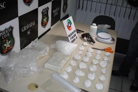 Durante as investigações os policiais encontraram a arma e o material usado para o tráfico   -  Foto:PC e Militar de Gravatal/Divulgação/Notisul