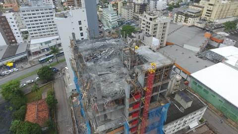 A laje, do oitavo andar do edifício em construção, desabou na terça-feira passada -  Foto:Drones Sul/Divulgação/Notisul