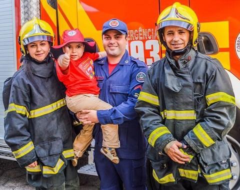 Lucca e os bombeiros, que retribuíram a sua gentileza    Foto:Laís Schlickmann/Divulgação/Notisul