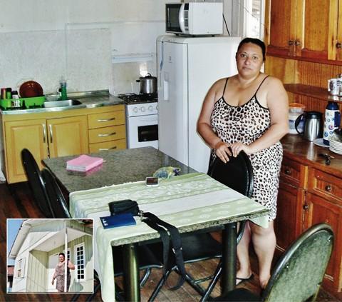 Solange agradece apoio de voluntários após matéria publicada no Notisul. Família está em nova casa - Fotos: Rafael Andrade/Notisul