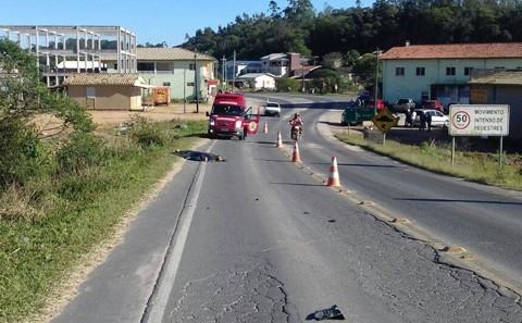 Acidente foi registrado em travessia urbana da rodovia estadual que liga Sangão a Morro da Fumaça e Criciúma  -  Foto:Bombeiros Voluntários de Jaguaruna/Divulgação/Notisul