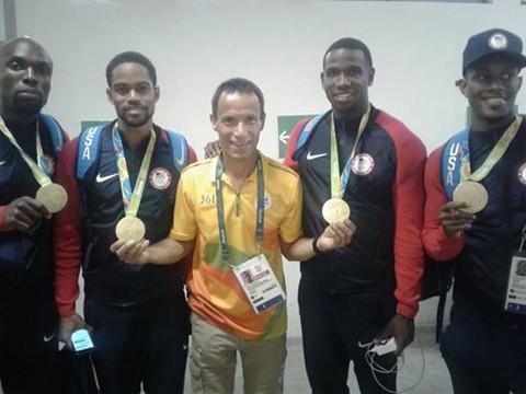 Amarildo entre os medalhistas norte-americanos  - Foto:Divulgação/Notisul