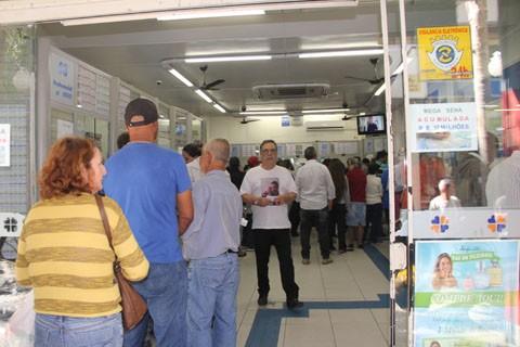 Movimento nas lotéricas foi intenso durante todo o dia de sexta-feira  -  Foto:Kalil de Oliveira/Notisul