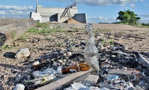 Canteiro de obras parado virou depósito de lixo - Foto:Banco de Imagens/Notisul