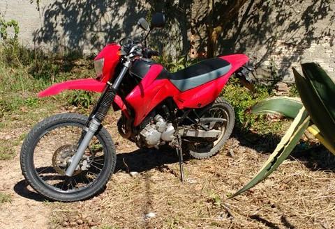 O adolescente abandonou a motocicleta que havia furtado e fugiu   - Fotos:Polícia Militar de Tubarão/Divulgação/Notisul