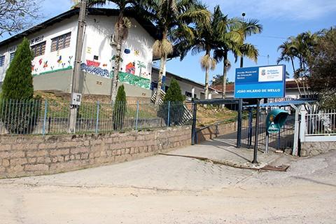 Escola nunca teve uma quadra para atividades esportivas. - Foto: Jailson Vieira/Banco de imagens/Notisul.