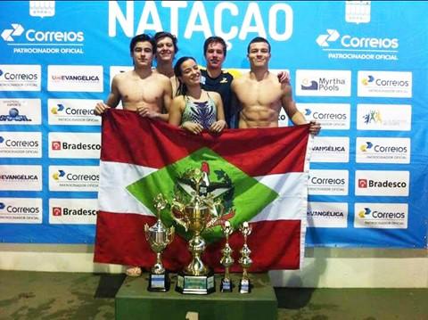 Os cinco nadadores da ATN que integraram a equipe mostraram talento e precisão na competição