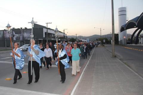 Cerca de 700 pessoas saíram em procissão pelas ruas de Tubarão no início da noite  -  Fotos: Kalil de Oliveira/Notisul