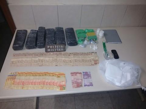 Droga e dinheiro estavam na casa de idoso, que pode pegar até 15 anos de sentença  - Fotos: Polícia Militar de Tubarão/Divulgação/Notisul