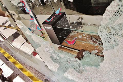Ladrão usou marreta para estourar vidraça na RH Joias, em pleno centro de Tubarão, há pouco mais duas semanas. Caso também está elucidado pelas autoridades