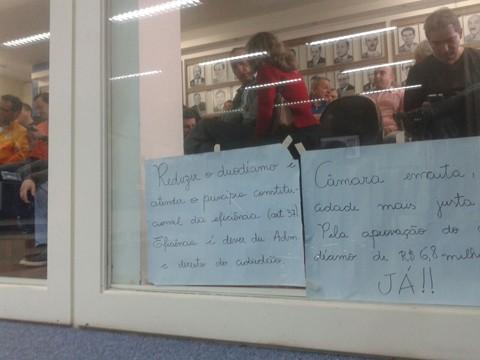Com receio de alguma manobra, população voltou ontem à Câmara de Vereadores -  Foto:Kalil de Oliveira/Notisul