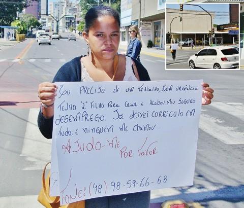 Amanda apela por um emprego em semáforo de Tubarão  - Fotos: Rafael Andrade/Notisul