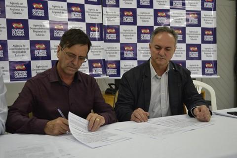 Secretário da ADR, Nilton de Campos,  avalisa a proposta e acordo é fechado  -  Foto:Eduardo Zabot/ADR/Divulgação/Notisul