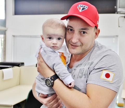 Davi, recuperado e já fora do hospital, com o pai, o vigilante patrimonial Cleber Ribeiro Cavassani de Araujo  -  Foto:Rafael Andrade/Notisul