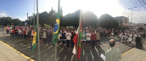 Estudantes se concentraram ontem em frente à prefeitura de Braço do Norte  - Foto:Prefeitura Municipal de Braço do Norte/Divulgação/Notisul