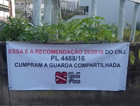 Faixa pede que se cumpra a guarda compartilhada  -  Foto:Divulgação/Notisul