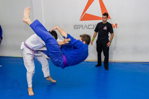 Além de atleta, Benício Farias (D), ainda é árbitro da Confederação Brasileira de jiu-jítsu  - Foto:Divulgação/Notisul