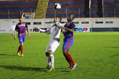 Mesmo com um campo encharcado, o Tricolor foi mais eficiente e venceu a partida  -  Foto:William Lampert/Divulgação/Notisul