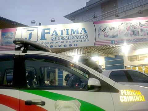 Os bandidos já entraram no supermercado efetuando disparos. - Foto: Divulgação/Notisul.