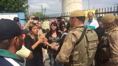 Familiares dos desaparecidos do naufrágio protestaram ontem em frente à empresa   -  Foto:Daniela Kopsch/Arquivo Pessoal/Divulgação/Notisul