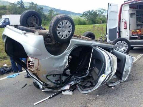 Carro da família gaúcha ficou com as rodas para cima na pista do sentido Sul   -  Foto:PRF de Paulo Lopes/Divulgação/Notisul