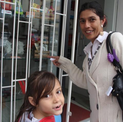 Maria Aline quer convencer a mãe a comprar uma boneca  -  Foto:Kalil de Oliveira/Notisul