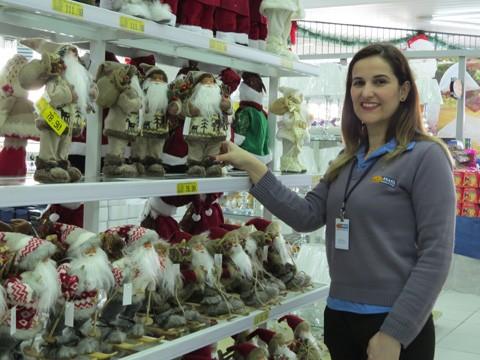Supervisora da Top Brasil, Graziele Fernandes acompanha a saída dos novos produtos que chamam a atenção dos consumidores  -  Fotos:Lysiê Santos/Notisul