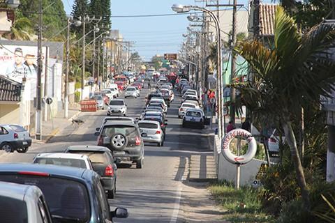 Trânsito ficou lento durante toda a tarde de ontem em Jaguaruna devido à votação. - Foto: Rafael Andrade/Notisul.