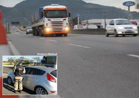 Os policiais rodoviários federais (PRF) e militares rodoviários (PMRv) intensificam a fiscalização   -  Foto:Kalil de Oliveira/Banco de imagens/Notisul